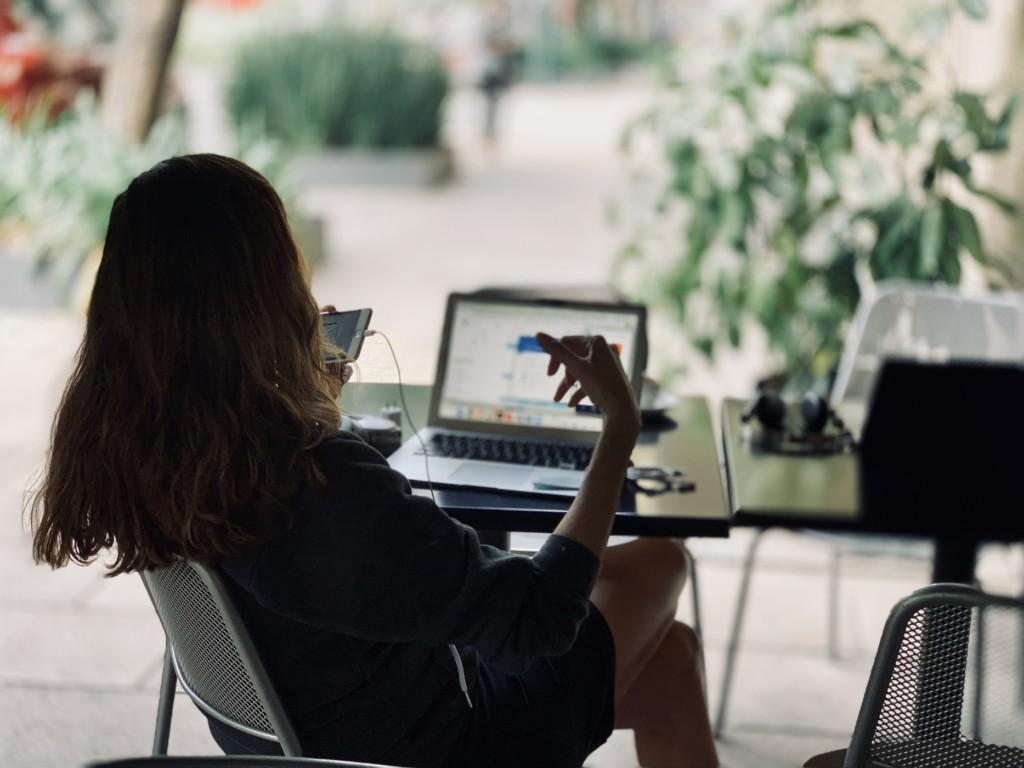 Particulier devant son poste informatique